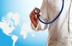 isolerad läkarundersökning för bakgrund doktor över stetoskopwhite Royaltyfri Foto