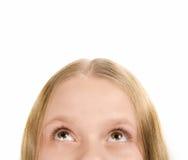 Isolerad liten flicka som ser upp Royaltyfri Foto