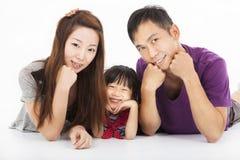Isolerad lycklig asiatisk familj Royaltyfria Bilder