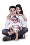 Isolerad lycklig ung familj - arkivfoto