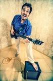 isolerad manwhite för bakgrund gitarr royaltyfri bild