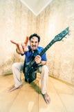isolerad manwhite för bakgrund gitarr arkivfoto
