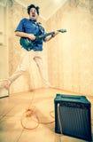 isolerad manwhite för bakgrund gitarr fotografering för bildbyråer