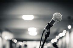 Isolerad mikrofon Arkivfoton
