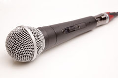 Isolerad mikrofon på en vit Royaltyfri Foto