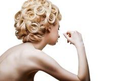 Isolerad modekvinna med abstrakt hårstil arkivbilder