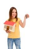 isolerad model white för flickaholding hus Arkivbilder