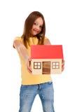 isolerad model white för flickaholding hus Arkivbild