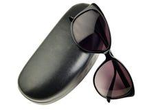 Isolerad modesolglasögon med det svarta läderfallet Royaltyfri Fotografi