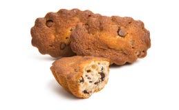Isolerad muffin med chokladdroppar Royaltyfria Bilder