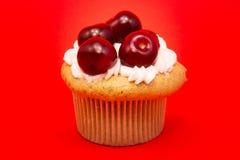 Isolerad muffin med körsbär Royaltyfri Foto