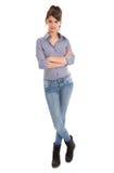 Isolerad oavkortad kropplängd för ung kvinna. Royaltyfri Bild