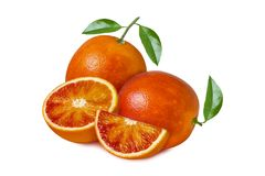 Isolerad orange frukt Röd blodapelsin med sidor och skivor som isoleras på vit bakgrund royaltyfri foto