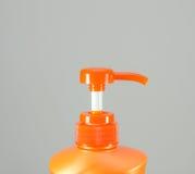 isolerad orange shampoowhite för bakgrund flaska arkivfoton