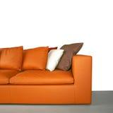 isolerad orange sofa Arkivbild