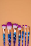 Isolerad pastellfärgad bakgrund för smink borstar Arkivfoton