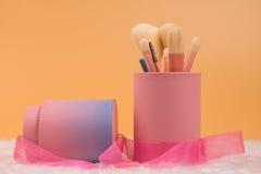 Isolerad pastellfärgad bakgrund för smink borstar Royaltyfri Bild