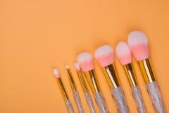 Isolerad pastellfärgad bakgrund för smink borstar royaltyfria foton