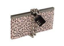 Isolerad plånbok med kedjan och padlocken Royaltyfria Bilder