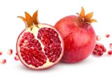 isolerad pomegranate Hel granatäpple och dess halva som isoleras på vit bakgrund Royaltyfria Bilder