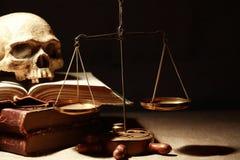 isolerad rättvisa över vita scales Arkivbilder
