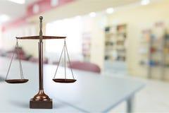 isolerad rättvisa över vita scales arkivfoton