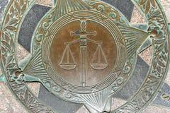 isolerad rättvisa över vita scales arkivfoto