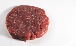 Isolerad rå hamburgare royaltyfri foto