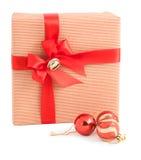 Isolerad röd garnering för klocka för klirr för pilbåge för band för ask för gåva för bandpapperssjal arkivfoton