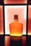 Isolerad röd lantlig flaska av sur likör Nationella drinkar Arkivfoto