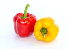 Isolerad röd och gul söt peppar Arkivbilder