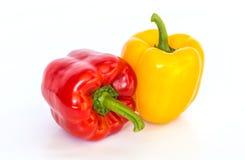 Isolerad röd och gul söt peppar Arkivfoto
