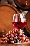 isolerad röd waitewine för om Closeupexponeringsglas av rött vin, druvor och trumman Selektivt fokusera Atmosfär för vinkällare k royaltyfri foto