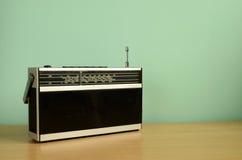 isolerad retro transistorwhite för bärbar radio Royaltyfri Foto