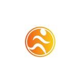 Isolerad rinnande manlogo för abstrakt orange färg Mänsklig kontur i rörelselogotyp sport för kroppsbyggaresymbolssilhouette Kond Royaltyfri Fotografi