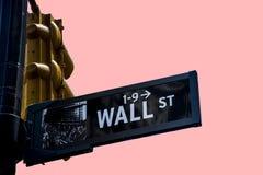 Isolerad rosa bakgrund finansiella New York City USA stora Apple för Wall Street tecken Arkivbild