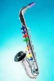 Isolerad saxofon royaltyfria foton