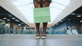 isolerad shoppa vit kvinna för bakgrundspåse holding arkivfilmer
