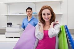 isolerad shoppa vit kvinna för bakgrundspåse holding Arkivfoton