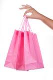 isolerad shoppa vit kvinna för påsehand holding Arkivbild