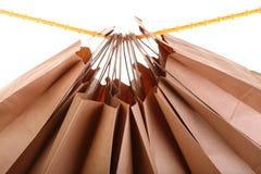 isolerad shopping för påsar brun gåva Arkivbild