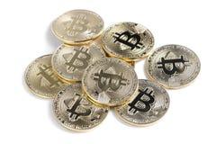 Isolerad skinande rad för Bitcoin souveniremynt Arkivfoto