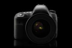 Isolerad SLR kamera på en svart Arkivfoto