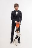 Isolerad stående av ägaren med hans hund Arkivfoto