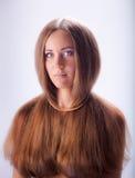 isolerad stående av den blonda flickan med ledsna gråa ögon Arkivfoto