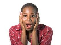 Isolerad stående av den unga attraktiva förvånade och chockade afro amerikanska kvinnan med händer på henne framsida i misstro oc arkivfoto