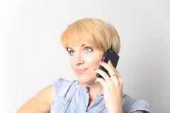 Isolerad stående av påringningen för ung kvinna Isolerad härlig flicka Talande mobiltelefonkvinna Arkivfoton