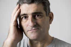 Isolerad stående av 40-tal till den ledsna 50-tal och den bekymrade mannen som ser frustrerad och hopplös i spännings- och sorgfr Royaltyfri Foto