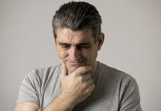 Isolerad stående av 40-tal till den ledsna 50-tal och den bekymrade mannen som ser frustrerad och hopplös i spännings- och sorgfr Arkivfoto
