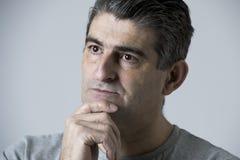 Isolerad stående av 40-tal till den ledsna 50-tal och den bekymrade mannen som ser frustrerad och hopplös i spännings- och sorgfr Arkivbild